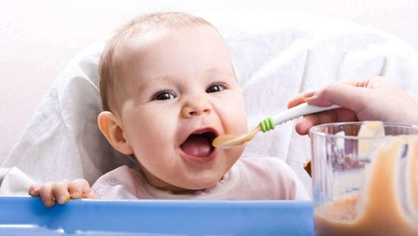 tư vấn giúp mẹ: bột ăn dặm cho bé 4 tháng tuổi nào tốt hiện nay?